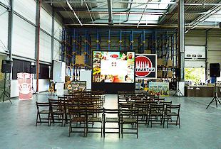 Beispiel Beamerverleih: Rückprojektion mit gestackten 10.000 ANSI Lumen Projektoren