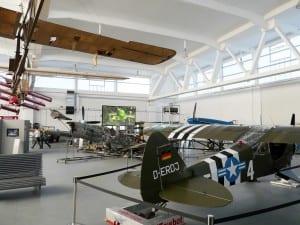 345 cm breite Gain 26 Hellraumleinwand im Hangar 10 beim Flughafen Heringsdorf auf Usedom