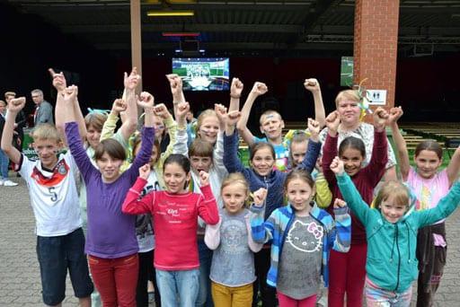 Drei Revosoft Hellraumleinwände ermöglichten beim EM Punlic Viewing vom ASB Barsinghausen ein kontrastreiches Fußballerlebnis,