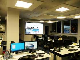 2x2 Videowall im Newsdesk der Ostseezeitung Rostock mit Video-over-IP Technologie per Touch steuerbar Splittwand Videosplittwand