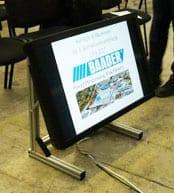 42 Zoll FullHD LCD Monitor auf Bodenständer für den Einsatz bei Betriebsratssitzungen, Kongresse, Versammlungen und in Diskussionsrunden.