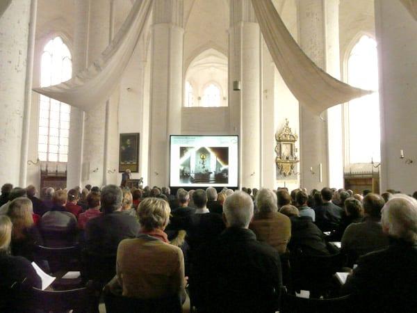 Der Einsatz einer Hellraumleinwand im Dom zu Lübeck ermöglichte den ca. 250 Besuchern trotz hoher Raumhelligkeit eine gute Lesbarkeit und kontrastreiche farbenfrohe Darstellung.