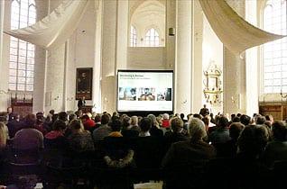 Hellraumprojektion bei Tageslichteinfall im Dom zu Lübeck mit einem Tageslicht Projektor und einer Revosoft Hellraumleinwand