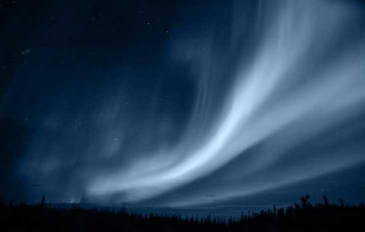 Polarlichter wirken wie eine Projektion am Himmel.