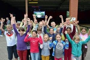 Drei Hellraumleinwände ermöglichten beim EM Public Viewing vom ASB Barsinghausen ein kontrastreiches Fußballerlebnis,