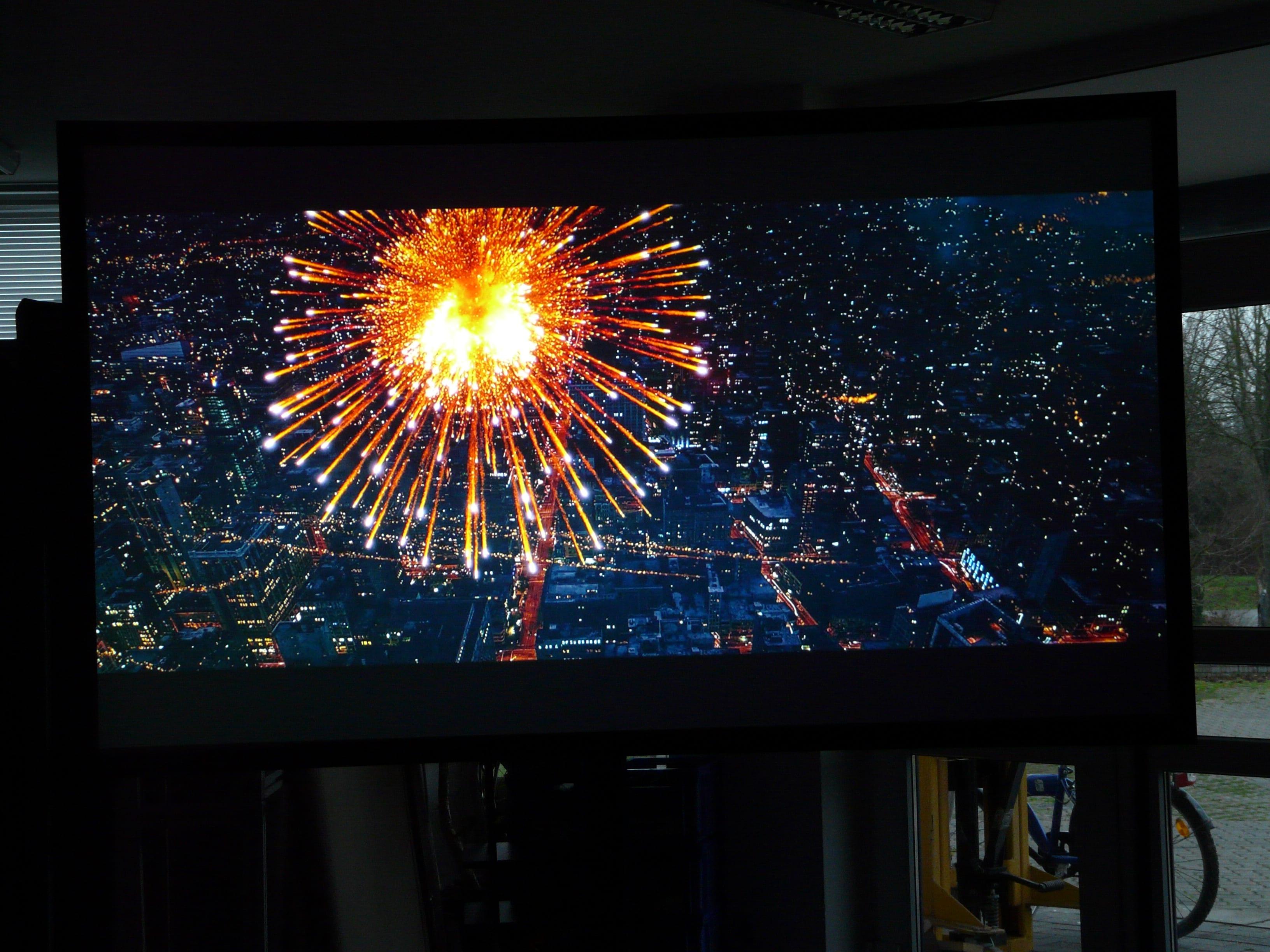 Auf der CouchScreen Leinwand wirken auch am Tag Nachtaufnahmen brillant und kontrastreich.