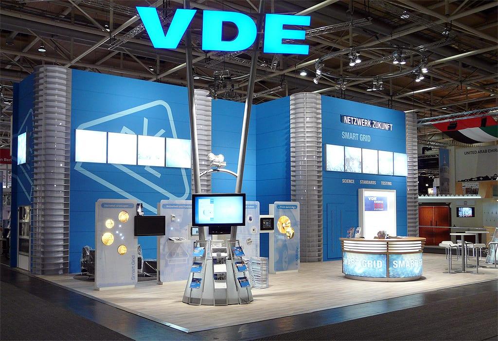 Plasma und LCD Monitore beim Messeeinsatz auf dem Stand vom VDE auf der HMI.