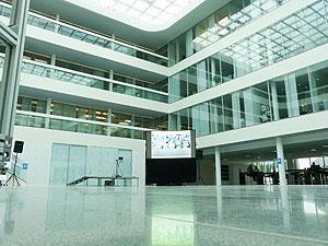 Tageslichtprojektion mit Revosoft Hellraumleinwand unter 600m² großem Glasdach bei Dräger in Lübeck
