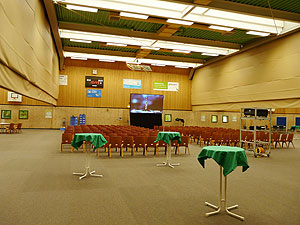 Hellraumprojektion in einer Sporthalle mit starkem Tageslichteinfall durch große Deckenlichter mit Tageslicht Beamer und Hellraumleinwand