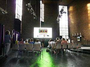 Tageslichtprojektion Gain 26 Hellraumleinwand und 8000 ANSI Lumen WUXGA Laserprojektor in der Jugendkirche in Hamburg Ottensen